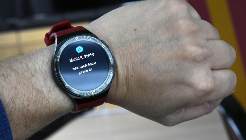 VARSLER: Du kan få varsler fra appene du selv ønsker på håndleddet, men du får ikke svart på dem. Dessuten vises ikke emoji-ikoner. Foto: Pål Joakim Pollen