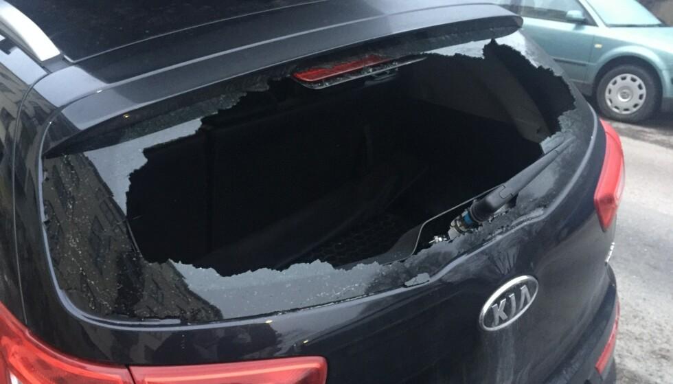 KJEDELIG: Det er kjedelig å finne bilen slik når familien kommer tilbake fra badestranda. Foto: Gjensidige