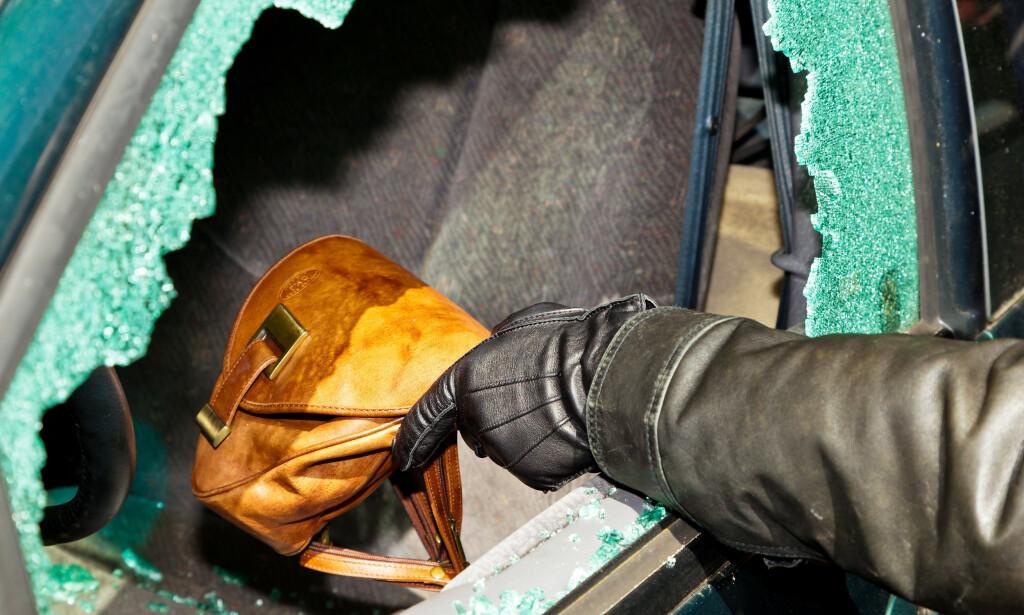 FEM SEKUNDER: Det tar bare fem sekunder å bryte seg inn i bilen dersom tyven ser noe interessant gjennom vinduet. Foto: Colourbox