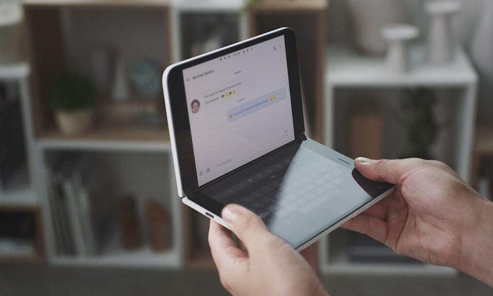 SURFACE DUO: Microsoft er tilbake i mobilmarkedet, og det med Android om bord. Foto: NTB Scanpix/HO/Microsoft/AFP
