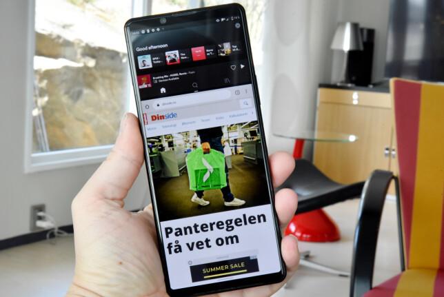 DEL I TO: Her kjører vi Spotify og Chrome todelt, og vi har fortsatt god plass til nettsurfingen. Foto: Pål Joakim Pollen