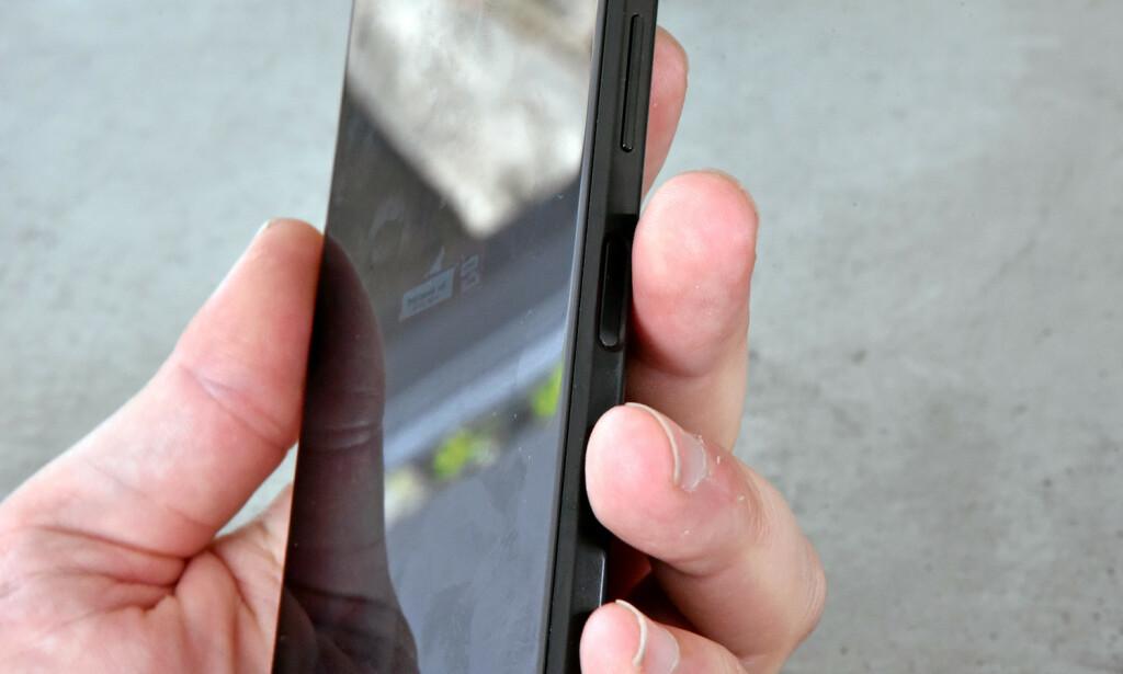FRA VENSTRE: Holder du telefonen i venstre hånd, må du satse på å låse opp telefonen slik. Foto: Pål Joakim Pollen