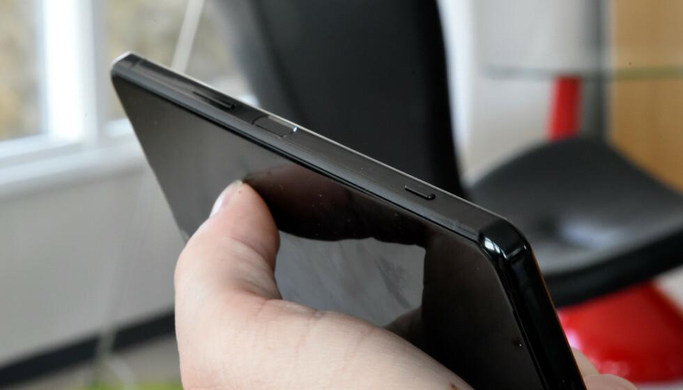 KAMERAKNAPP: Sony har i en årrekke hatt en fysisk kameraknapp på sine telefoner, og den liker vi godt. Foto: Pål Joakim Pollen