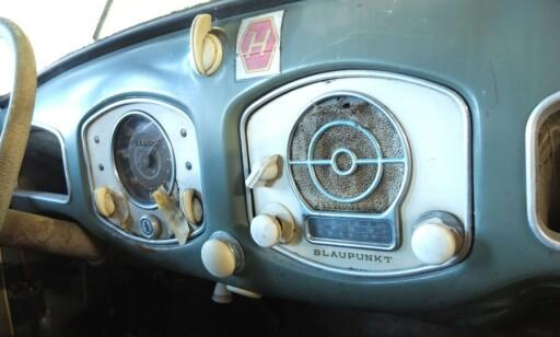 RADIO: Original Blaupunkt radio trakk opp prisen. Foto: Bilweb Auctions