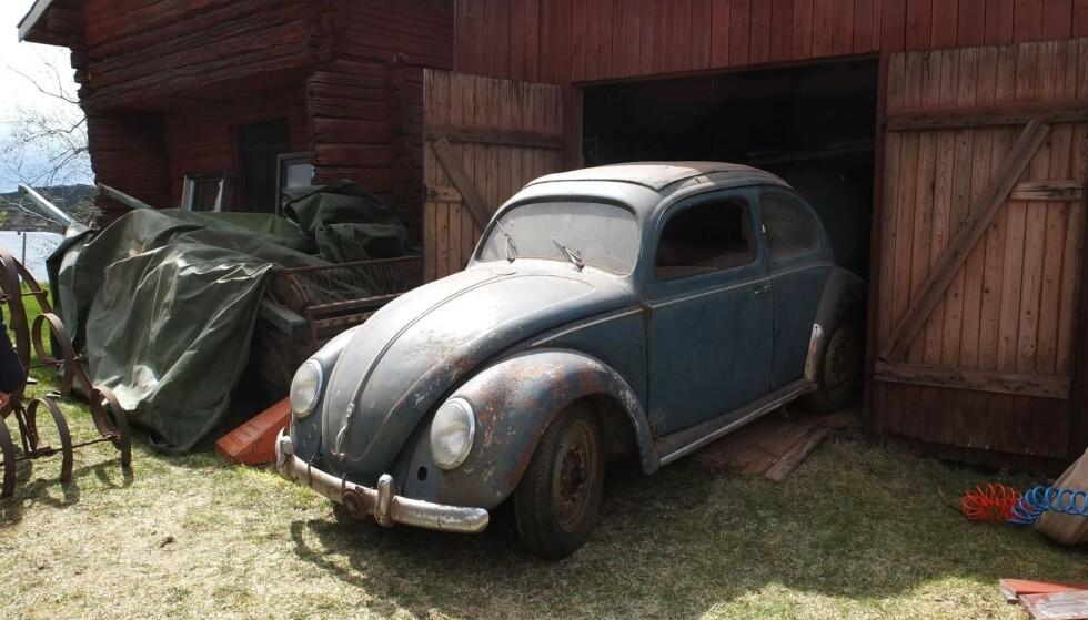 IKKE ET VRAK: Den ser ut som er vrak, men er en verdifull utgave av en 1951-modell VW Boble. Prisen ble til slutt 230.000 kroner. Foto: Bilweb Auctions