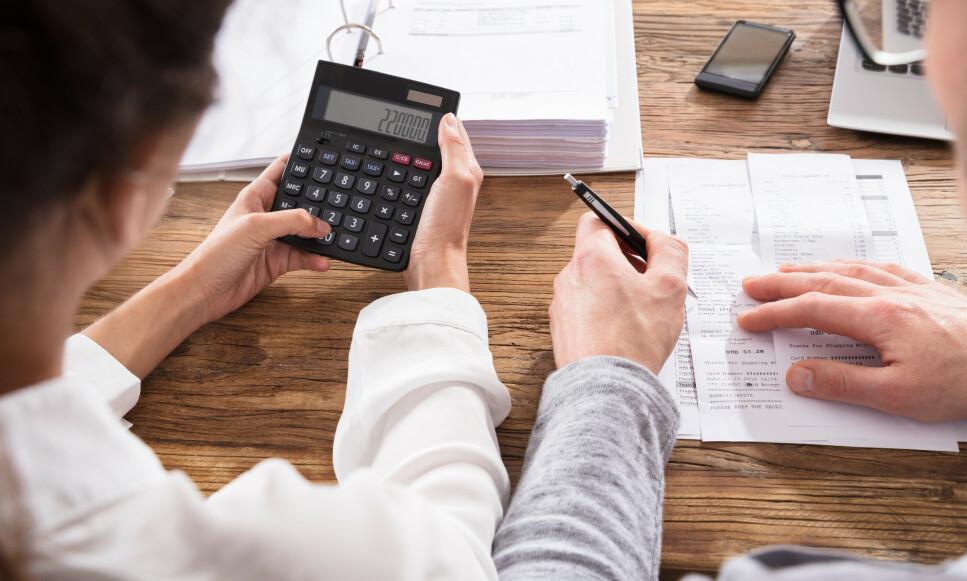 ARVESKATT: Arver du en bolig som du selger for mer enn den ble kjøpt for, må du skatte av gevinsten, og det kan koste deg mer enn den avviklede arveavgiften ville gjort. Et regneeksempel viser potensiell gevinstskatt på 220.000 kroner. Foto: Shutterstock/NTB Scanpix.