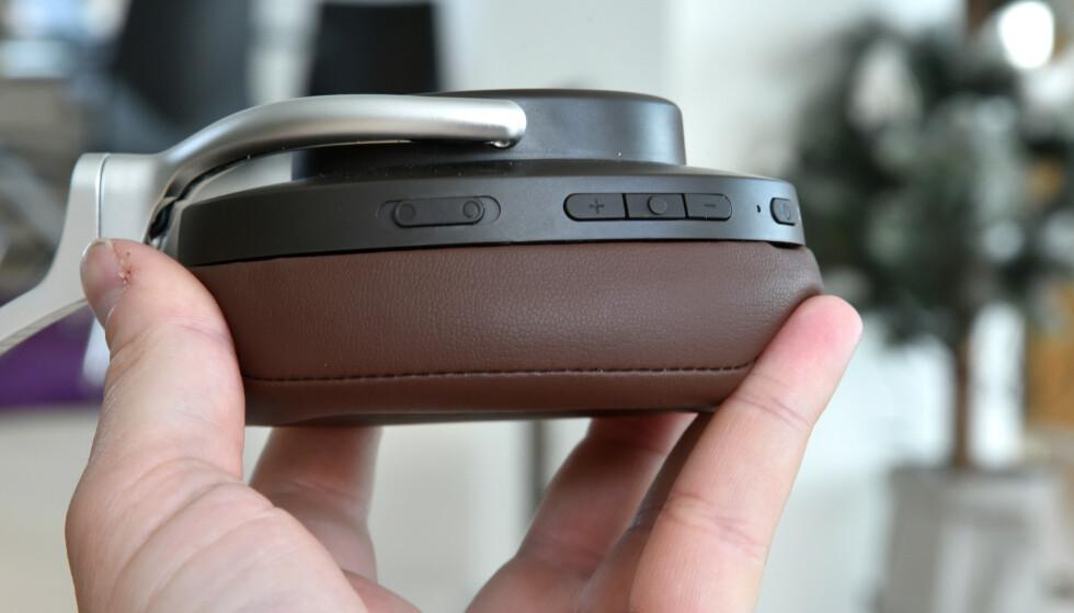SKYVEBRYTER: Bryteren til venstre kan skyves oppover for å slippe inn lyd fra utsiden eller nedover for å aktivere støydemping. Foto: Pål Joakim Pollen