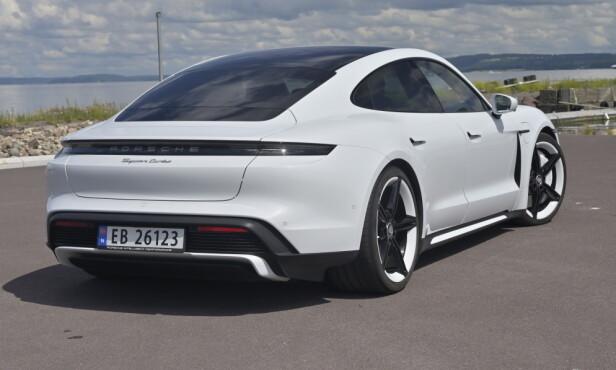 FREKK HEKK: Taycan ser nesten ut som en ordinær Porsche bakfra. Deres nye signatur er de sorte smale baklyktene som går over hele bakparten. Legg merke til de kule Mission E, felgene i 21 tommer. 20 er standard på Turbo. Foto: Rune M. Nesheim
