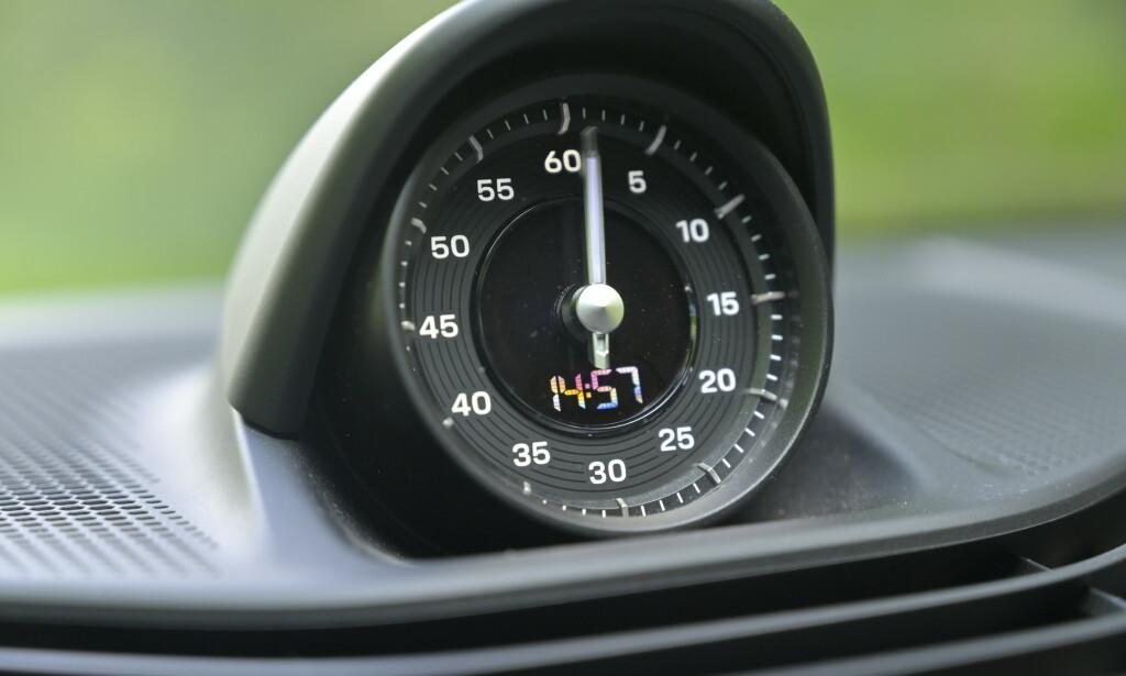 KLOKKE: Sekundviseren viser at du har kjøpt Sport Chrono-pakken som gir deg kjøreprogrammer fra rattet som styrer chassiset av bilen. Og selvsagt både digital og analog stoppeklokke. Foto: Rune M. Nesheim