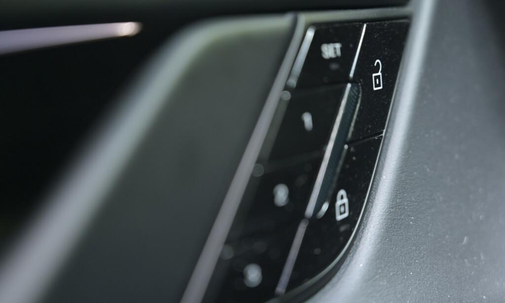 """NØKTERNT: Porsche er motstandere av """"tivoli"""" i bilene sine. Alt er avdempet og nøkternt. Alt fra knapper til instrumentering. Ikke en gang LED-lyktene har effekter som flytende blinklys eller seremoni når du åpner bilen. Foto: Rune M. Nesheim"""
