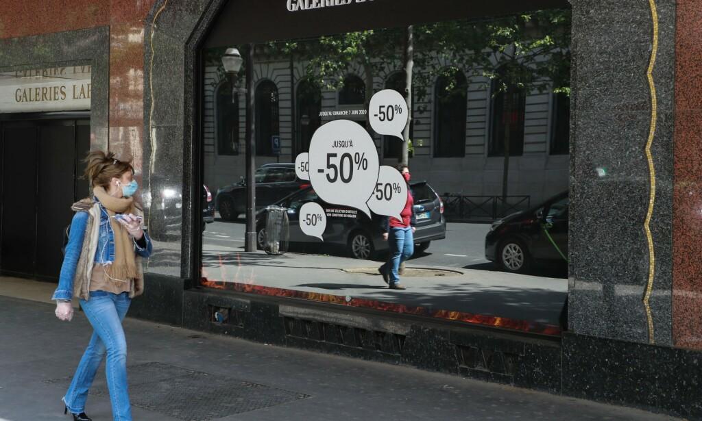 KREVER MUNNBIND: Skal du handle i Frankrike, er det nå påkrevd med munnbind. Foto: NTB Scanpix