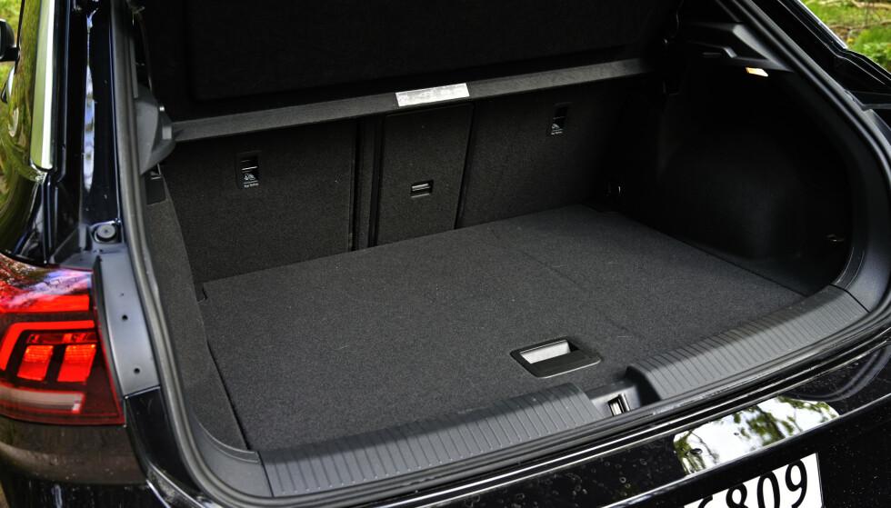 PRAKTISK: T-Roc er SUV-ens svar på Golf men har litt større bagasjerom. Skikkelig gjennomlastingsluke er også på plass. Foto: Rune M. Nesheim