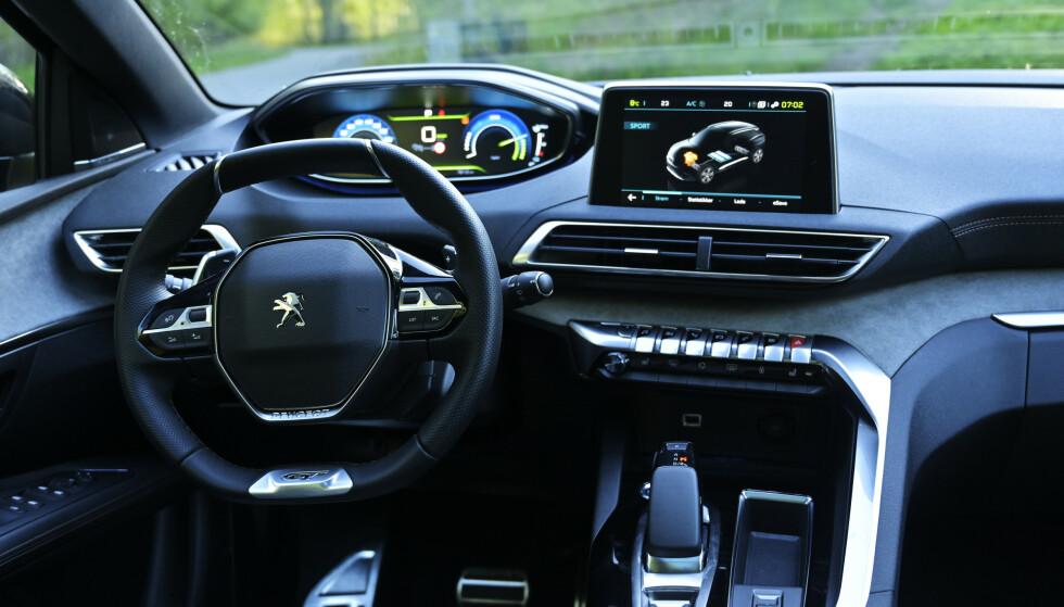GOKART: Peugeot går helt andre veier. Tanken er at det høyt monterte instrumentpanelet skal gjøre Head Up-display unødvendig. Som en følge får man et bittelite firkanta ratt i fanget. Foto: Rune M. Nesheim