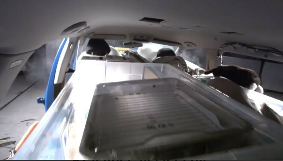 STOR KRAFT: Ved kollisjon eller kraftig oppbremsing, kan lasten treffe passasjerene med dødelig kraft. Det viser videoen i saken med all tydelighet. (Skjermdump)