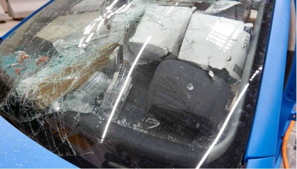 KNUST: Kopper, glass og andre gjenstander ligger klint oppi frontruta etter sammenstøtet. Foto: Naf