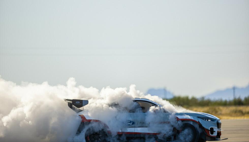 GUTTEN I RØYKEN: Vaughn Gittin Jr. har kjørt utrolig mye bil i flere forskjellige motorgrener, som regel med Ford-logo i grillen. Men at det var hans firma som skulle klare å bygge den drøyeste elektriske Mustangen først, kom som en overraskelse. Foto: RTR