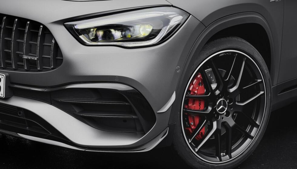 EGEN LOOK: AMG-modellen skiller seg markant fra øvrig GLA. Spesielt med grilen med de stående rillene, de kraftige luftinntakene og ikke minst de store bremsene. Ger ser man de største tilgjengelige med 6-stemplede callipere og 350 mm store skiver. Foto: Mercedes-AMG