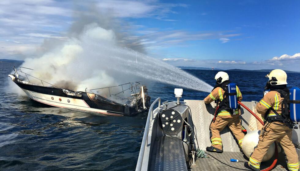 BÅTBRANN: Feil eller overbelastning av det elektriske anlegget på båten kan i verste fall føre til brann. Foto: Vestfold Interkommunale Brannvesen