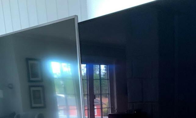 SPEIL: OLED55CX (t.h) har en speilblank overflate. Det er også refleksjoner i LCD-TV-en til venstre, men den er mye dusere. Foto: Bjørn Eirik Loftås