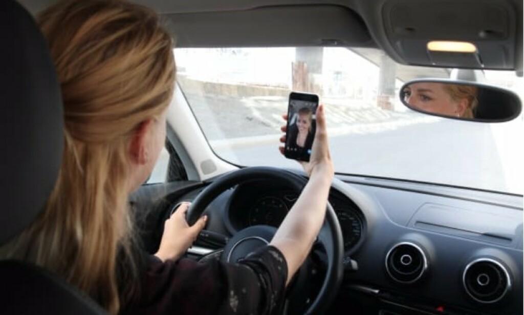 DE UNGE VERST: Nærmere halvparten av de unge bilførerne har opplevd at mobilbruken bak rattet har ført til farlige eller ubehagelige situasjoner. Foto: Gjensidige
