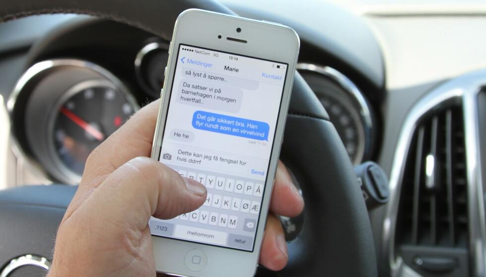 IKKE BARE TEKSTING: Undersøkelsen viser at mobilen ikke bare brukes til teksting og ringing, men også til å spille musikk, finne fram på kart eller sjekke Youtube. Foto: Rune Korsvoll