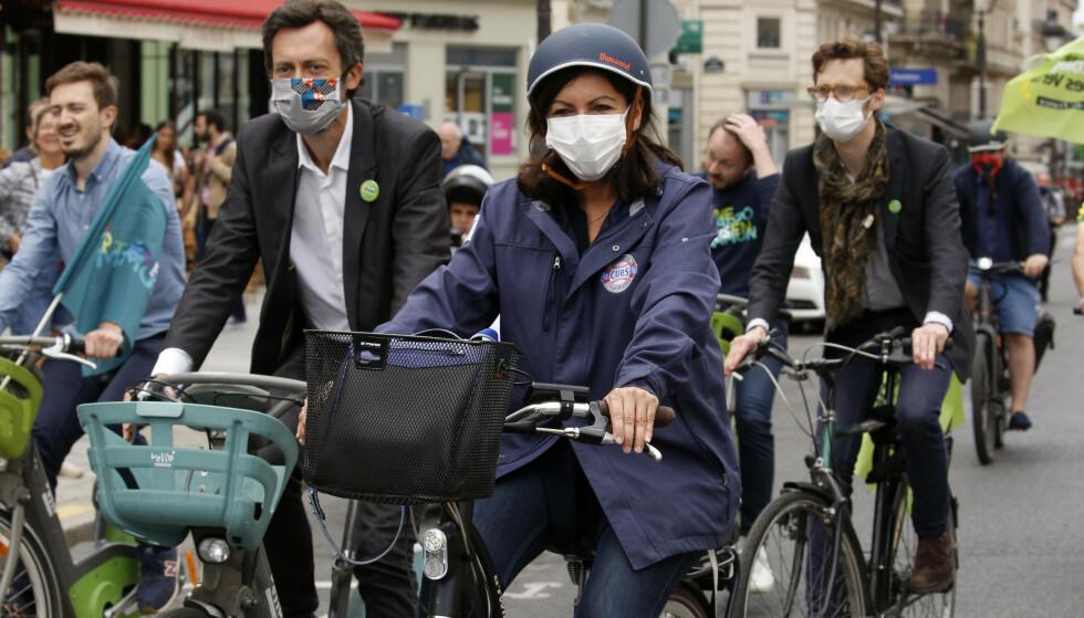 MUNNBIND: Flere land strammer inn og innfører krav om munnbind. Blant dem er Frankrike. Foto: AP Photo/Christophe Ena/NTB Scanpix