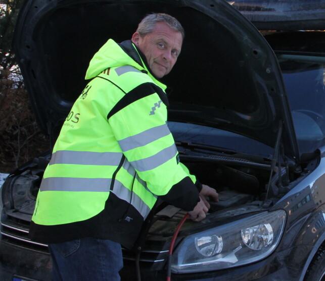 BATTERI-PROBLEM: Problemer med batteri og tenning går igjen også i de bilene NAF må hjelpe på norske veier, konstaterer Petter Schøyen i NAF/SOS International. Foto: Rune Korsvoll