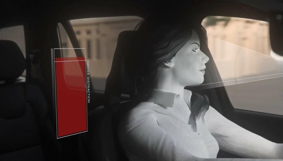 FARLIG UOPPMERKSOM: Når kameraet avslører at du er farlig uoppmerksom eller i ferd med å sovne bak rattet, vil bilen varsle deg, senke farten eller stoppe. Illustrasjonsfoto: Volvo.