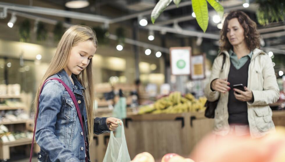 HARRYHANDLE? Har du med barn over 12 år, kan du handle mer totalt sett enn om barna er yngre. Foto: NTB Scanpix