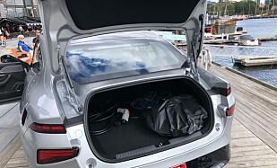 440 LITER: Det er synd og nesten litt overraskende at man ikke har valgt kombiløsning på denne bilen. Her har man i motsetning til Tesla Model 3 en gjelke over bakvinduet, så det hadde latt seg gjøre. Foto: Rune M. Nesheim