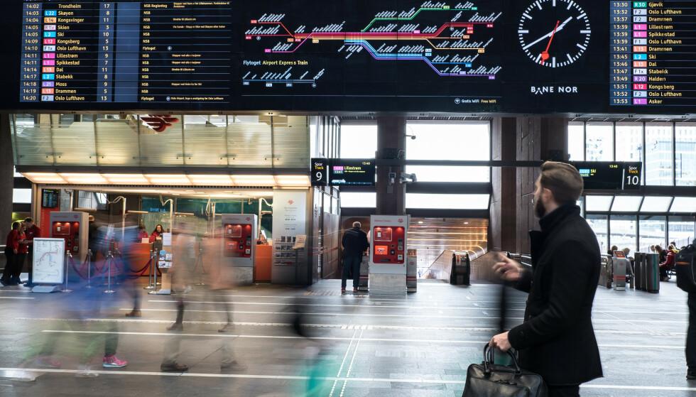 FORSINKELSER OG INNSTILTE AVGANGER: Arbeidene på toglinjene på Østlandet skal i stor grad være avsluttet og togtrafikken skal være i gang igjen også på Østfoldbanen fra 10. august, men det vil bli en uke med saktegående kjøring på strekningen Oslo S-Ski, hvor det er varslet forsinkelser og innstilte avganger 10. til 14. august. Foto: Bane NOR