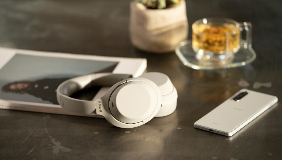 SLANKERE: Den utvendige delen av øreklokkene er slanket kontra forgjengeren, men øreputene har blitt ti prosent større. Foto: Sony