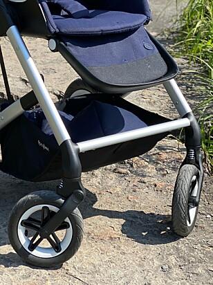 EKSTRA BENSTØTTE: Barnet skal også kunne plassere bena sine på den fremre stanga på selve chassiset. Foto: Kirsti Østvang
