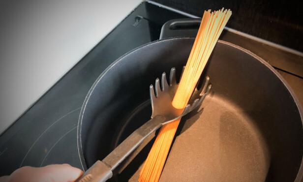 GENIALT: Hullet i midten på pastasleiven hjelper deg å måle riktig pastamengde. Foto: Linn Merete Rognø.