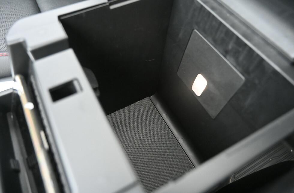 STORT: Det er mange bra lagringsmuligheter i interiøret. Sog siden det er en amerikansk bil, finnes det rikelig med koppeholdere.  Foto: Rune M. Nesheim