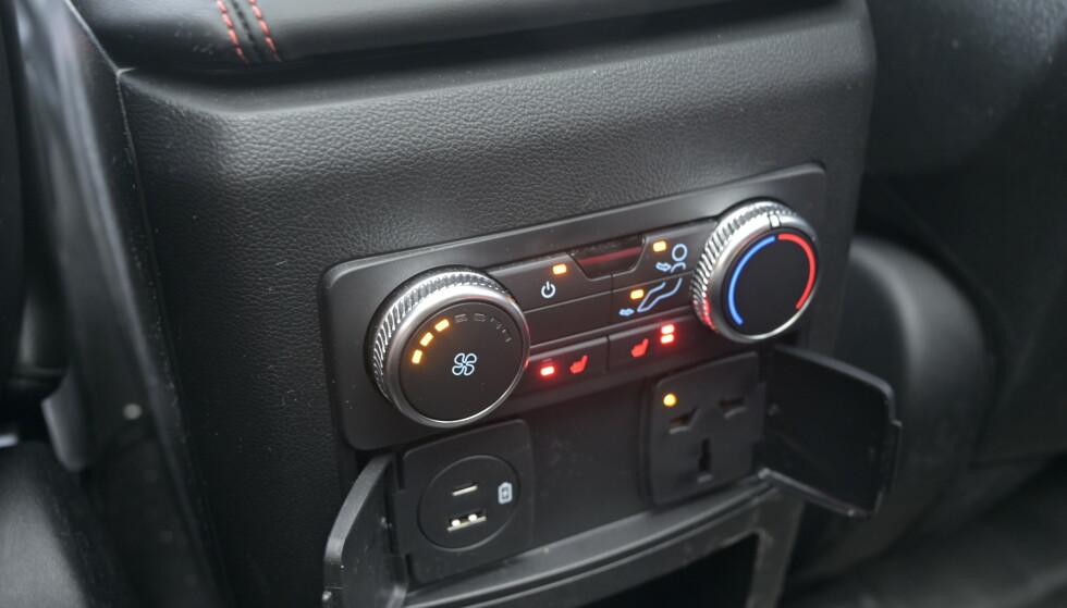 GODE VILKÅR: Egen klimasone, varme i setene og både 12 og 220 volt er på plass. Kontakten er universal, så den passer vanlig norske stikkontakter. Foto: Rune M. Nesheim