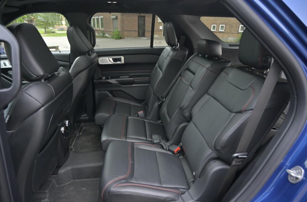 PÅ SKINNER: Er man fem i bilen, trekker man stolene bakover og har kongeplass. Dessverre er det midterste setet fast og ikke på skinner, men alle seteplasser i midten har justerbar ryggvinkel. Foto: Rune M. Nesheim