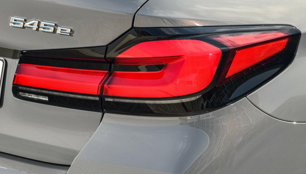 VELKJENT: 545 er en tradisjonsrik modellbetegnelse fra BMW, men tidligere summet det en V8 bak betegnelsen. Nå må du opp på 550 for å få V8. Foto: BMW