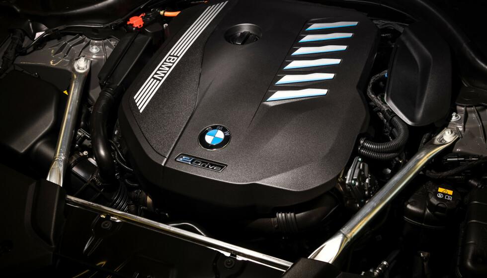 MED STRØMMEN: Selv om BMW kanskje går mot strømmen når de putter en stor sekser under panseret, jobber de hardt for å nå de strenge utslippskravene i Europa med storstilt elektrifisering av modellparken. Foto: BMW
