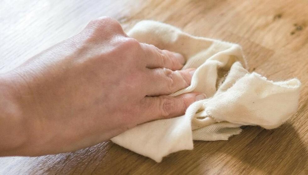 RENGJØRE BENKEPLATE: Benkeplater til kjøkken finnes i mange ulike materialer som hver for seg krever ulik rengjøring. Foto: IFI.