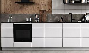 BENKEPLATE I STEIN: Harde benkeplater som granitt, marmor, kvarts eller keramikk er robuste overflater. De kan vaskes med fuktig mikrofiberklut, er det mye fettsøl kan litt oppvaskmiddel brukes på kluten i tillegg. Foto: Kvik.