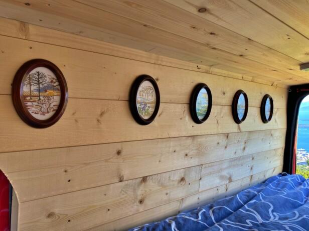 GODE MINNER: Med mormors broderte bilder på veggen dro Henrik Sæther Sørheim på sommerferie med bobilen «Aud». Oppkalt etter mormor. Foto: Privat