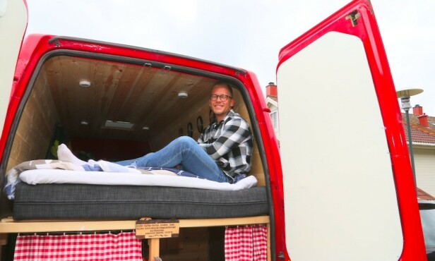 ENKLE GLEDER: Henrik Sæther Sørheim bygde om en 14 år gammel kassebil til en campervan. Nå selges den videre med fortjeneste – og sommerbudsjettet går med overskudd. Foto: Odd Roar Lange