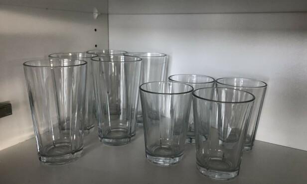 RIKTIG: For å unngå å skade vannglassene, skal de oppbevares slik. Foto: Linn Merete Rognø.