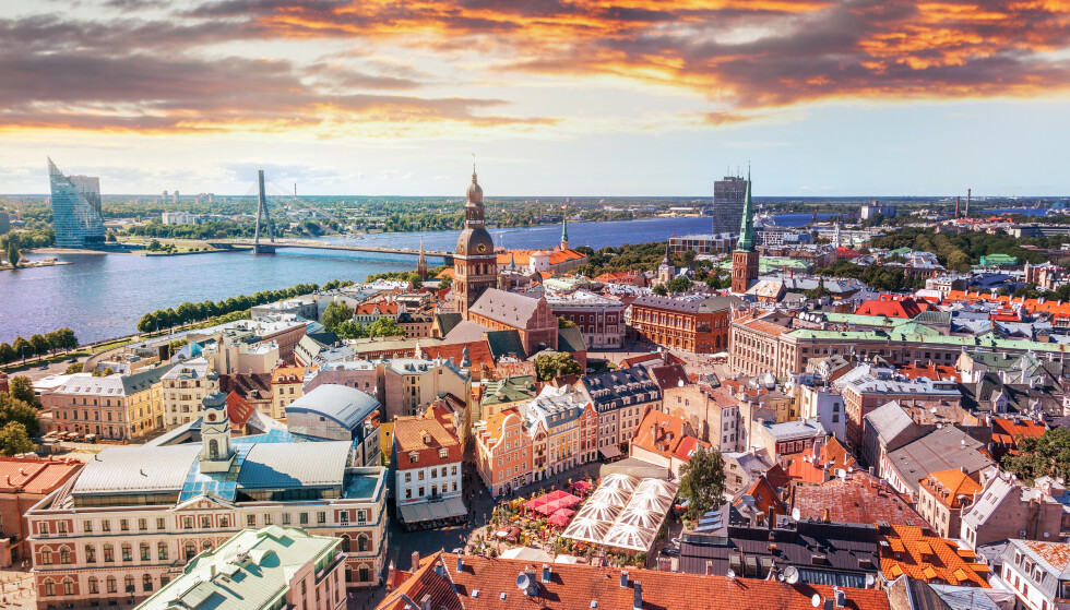 LAVE SMITTETALL: Flere land i øst, her representert av Riga i Latvia, har lave smittetall sammenlignet med resten av Europa. Foto: NTB Scanpix