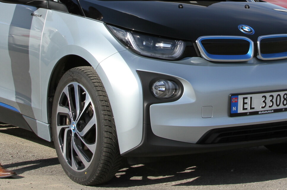 TUNG OG STERK: Batteriene i en elbil veier flere hundre kilo. I tillegg har elmotoren høyt dreiemoment. Begge deler er ugunstig for dekkslitasjen. Foto: Rune Korsvoll