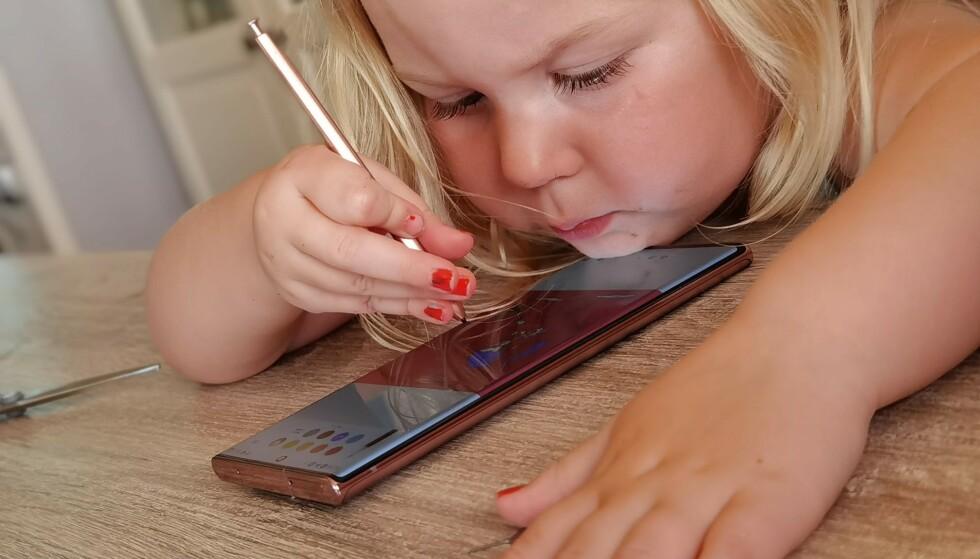 POPULÆR: Få testtelefoner er så populære blant den yngre garde som Note-modellene. Vi kan også rapportere om at «chin rejection» ser ut til å fungere fint. Foto: Pål Joakim Pollen
