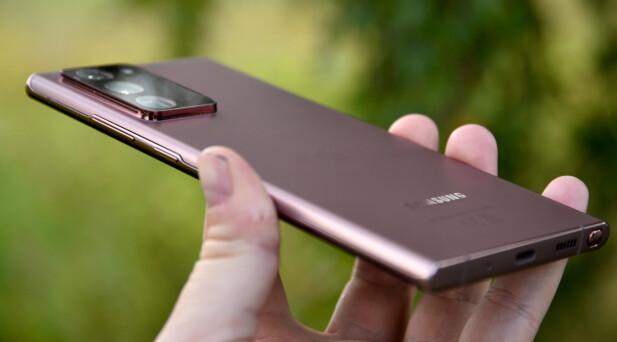 STIKKER UT: Sjelden har vi sett et så stort kamerautstikk på baksiden av en mobiltelefon. Foto: Pål Joakim Pollen