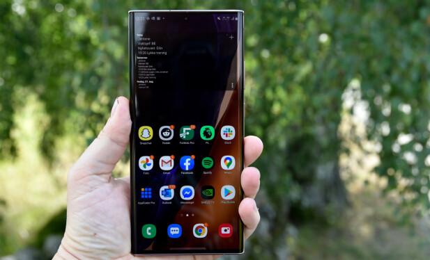 STOR: Med skjermstørrelse på 6,9 tommer er Galaxy Note 20 Ultra blant de største telefonene på markedet, men tykkelsen er bare så vidt over 8 mm. Foto: Pål Joakim Pollen