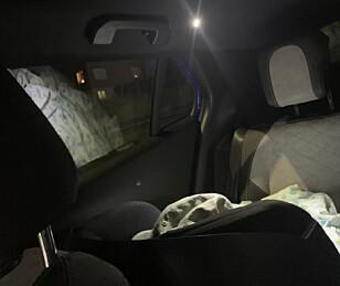 SER LYSET: Vær oppmerksom på at interiørlysene baki kan være plagsomme for sovende spebarn, når de automatisk skrus på når man stopper. Foto: Øystein B. Fossum
